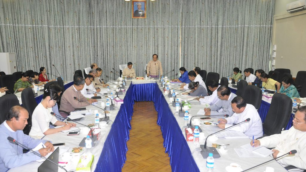 Union Minister Dr. Myint Htwe delivers the speech at the coordination meeting at the Ministry of Health and Sports yesterday.Photo: MNA