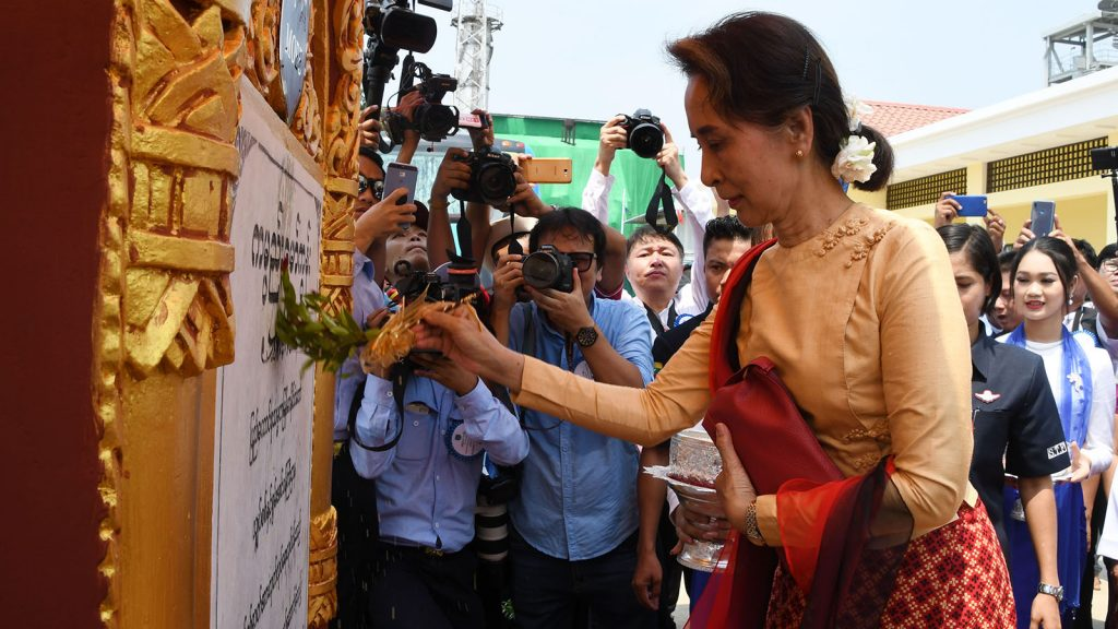 State Counsellor Daw Aung San Suu Kyi sprinkles scented water over the pillar of natural gas-fired power plant in Thaton, Mon State yesterday.Photo: MNA
