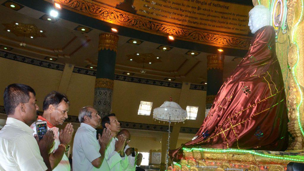Sri Lankan Foreign Minister Mr. Tilak Marapana pays homage to Buddha image at Uppatasanti Pagoda in Nay Pyi Taw.Photo: MNA