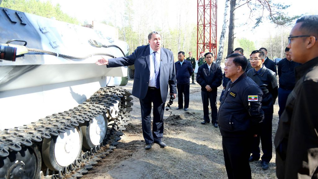 Senior General Min Aung Hlaing observes armored fire fighting vehicles in the plant in Murom.  Photo: Office of the Commander-in-Chief