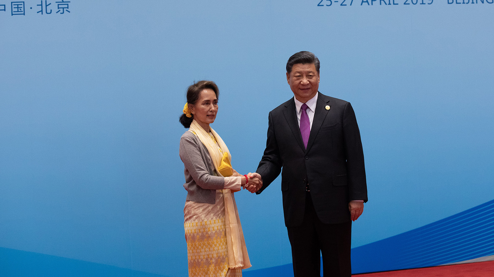 State Counsellor Daw Aung San Suu Kyi welcomed by Chinese President Xi Jinjping. PHOTO : MNA