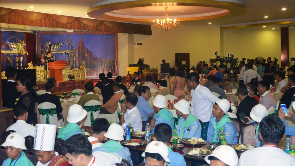 Mandalay Region Chief Minister hosts the dinner in honour of the 2019 Luyeychun students in Grade 8 yesterday. Photo: Min Min