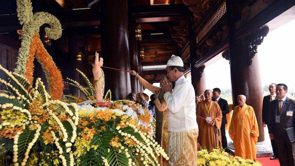 President U Win Myint and First Lady pour water over the Young Buddha Statue before attending the UN Vesak Day celebration in Ha Nam, Viet Nam yesterday.Photo: MNA