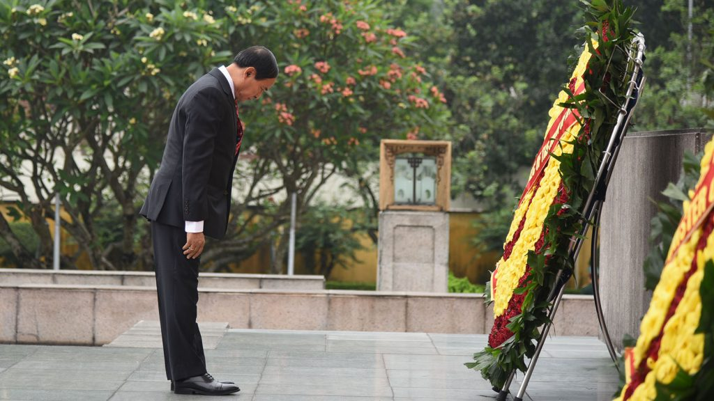 President U Win Myint lays wreath at the tomb of  Vietnamese leader Ho Chi Minh at Ho Chi Minh Mausoleum yesterday.Photo:MNA