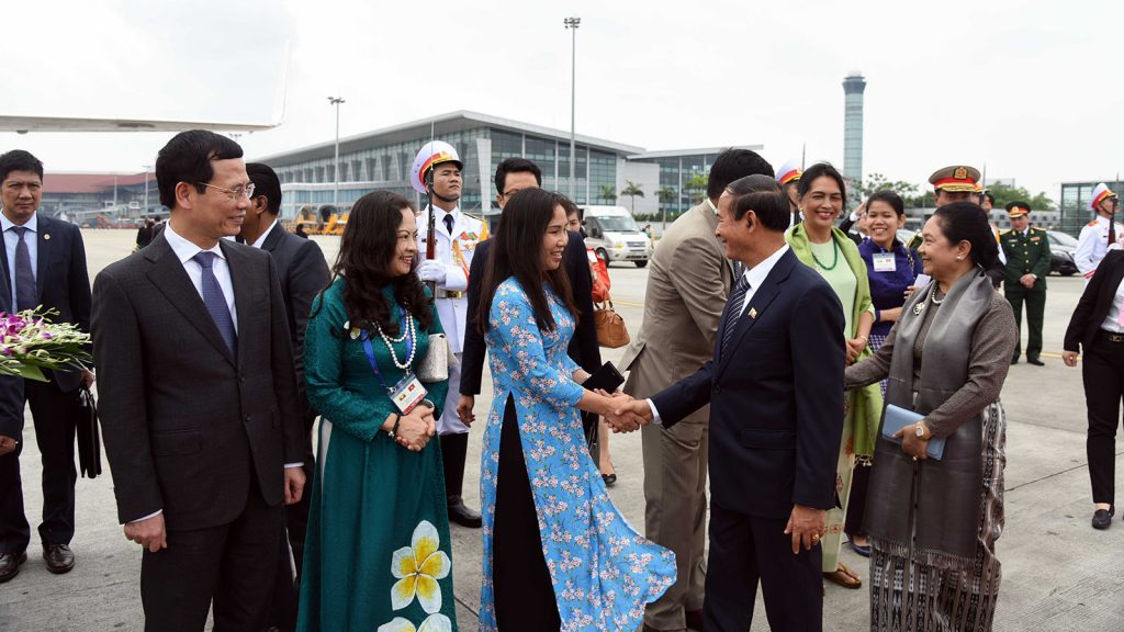 President U Win Myint and First Lady are seen off by Vietnamese Minister Mr. Nguyen Manh Hung and Ambassador to Myanmar Mrs. Luan Thuy Duong, Myanmar Ambassador to Viet Nam U Kyaw Soe Win and Military Attaché Brig-Gen Aung Zeya..Photo: MNA