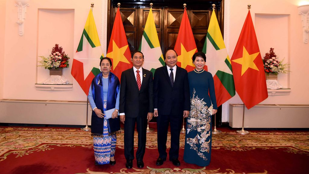 President U Win Myint (2nd from Left) and First Lady are welcomed by Vietnamese Prime Minister Nguyen Xuan Phuc (2nd from Right) and wife.Photo: MNA