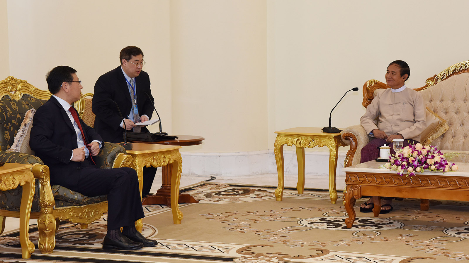 President U Win Myint meets with Chinese Ambassador Mr. Hong Liang at the Presidential Palace in Nay Pyi Taw yesterday.Photo: MNA