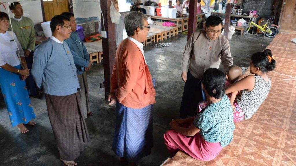 Dr. Win Myat Aye visits the IDP camp in Rakhine State yesterday.Photo: MNA
