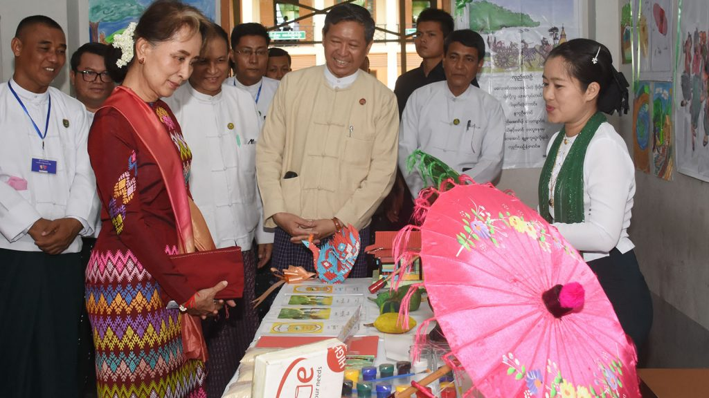 State Counsellor Daw Aung San Suu Kyi inspects District level Grade 6 training course on new curriculum in Nay Pyi Taw Council yesterday.Photo: MNA
