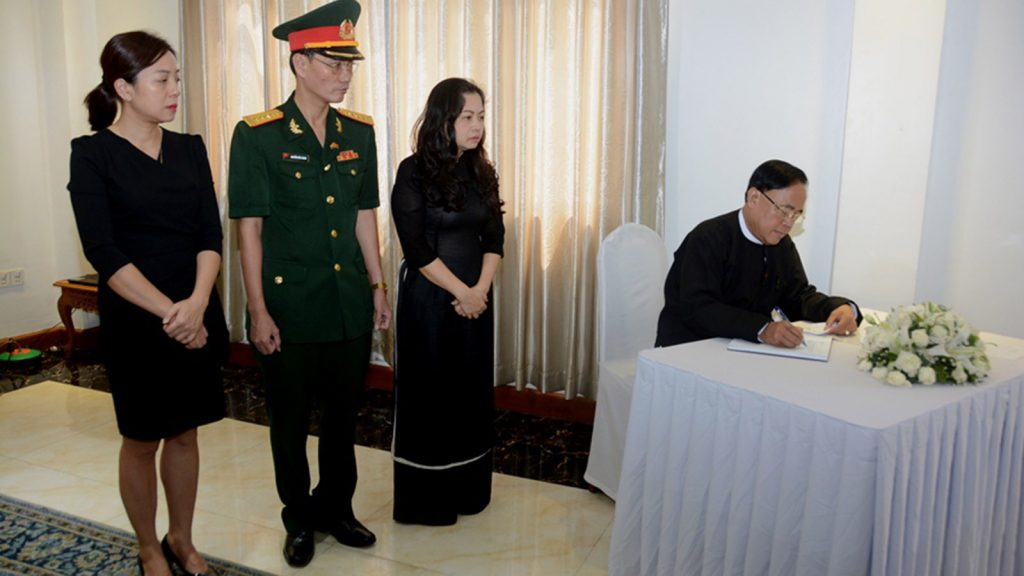Union Minister U Kyaw Tin signs book of condolences for former Vietnamese President Mr. Le DucAnh at the Vietnamese Embassy in Yangon yesterday.Photo: MNA