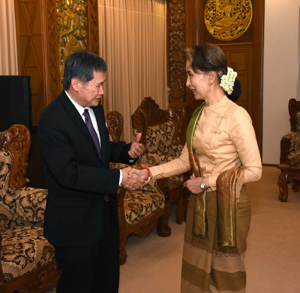 State Counsellor Daw Aung San Suu Kyi shakes hands with Secretary-General of ASEAN Dato Lim Jock Hoi in Nay Pyi Taw.Photo: MNA