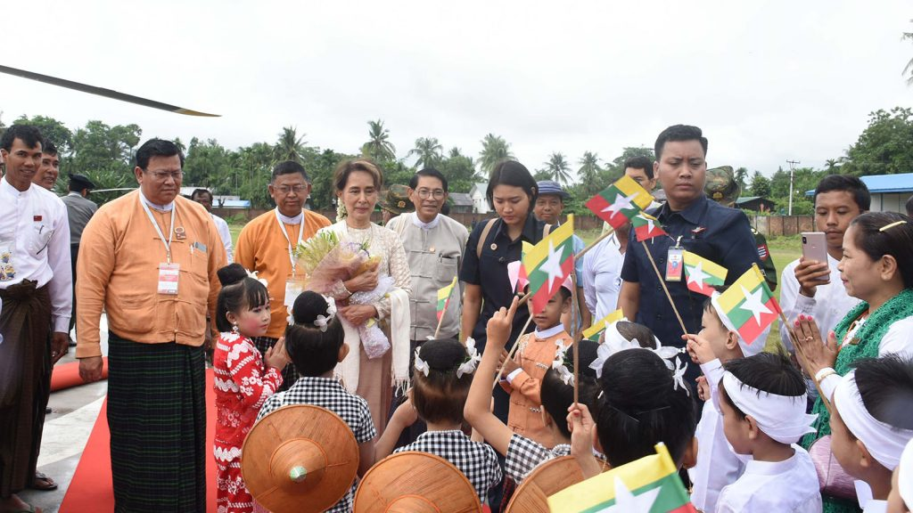 State Counsellor Daw Aung San Suu Kyi is welcomed by Ayeyawady Region Chief Minister, MPs and local people as she arrives in Danubyu in Ayeyawady Region yesterday. Photo: MNA