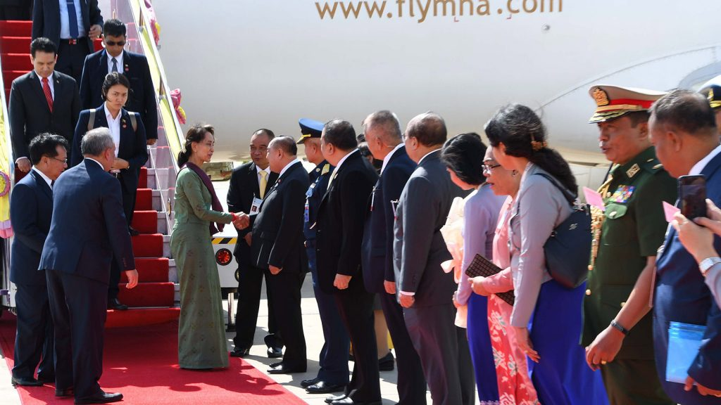State Counsellor Daw Aung San Suu Kyi welcomed by Deputy Prime Minister and Minister of Defence of Thailand General Prawit Wongsuwan and officials at Don Mueang International Airport in Bangkok, Thailand yesterday.Photo: MNA