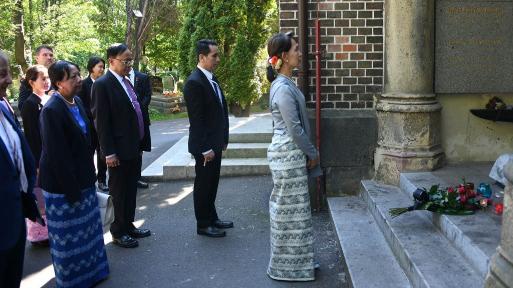 State Counsellor Daw Aung San Suu Kyi visits the grave of Mr. Václav Havel, the former President of the Czech Republic, in Vinohrady Cemetery, Prague yesterday.Photo: MNA