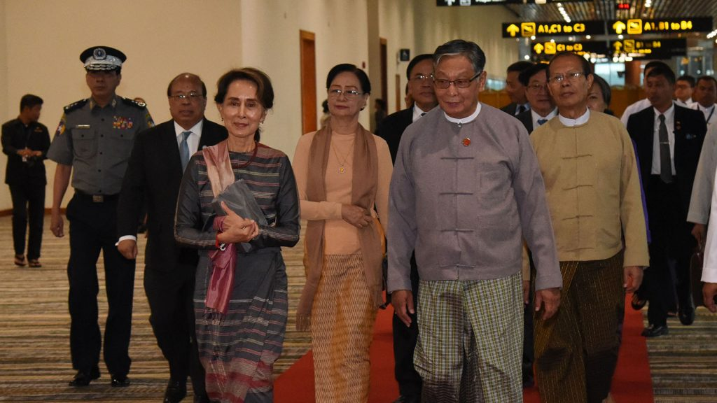 State Counsellor Daw Aung San Suu Kyi welcomed by Union Minister for the Office of the State Counsellor U Kyaw Tint Swe and officials at Nay Pyi Taw International Airport yesterday. Photo: MNA