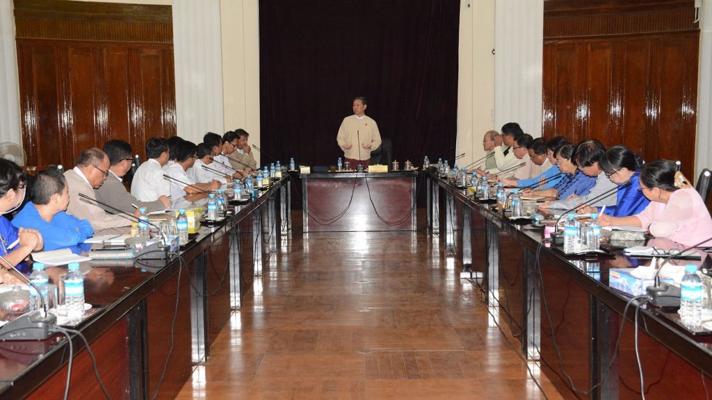 Union Minister Dr. Myo Thein Gyi delivers the speech at the meeting with rectors and professors from universities in Yangon yesterday.Photo: MNA