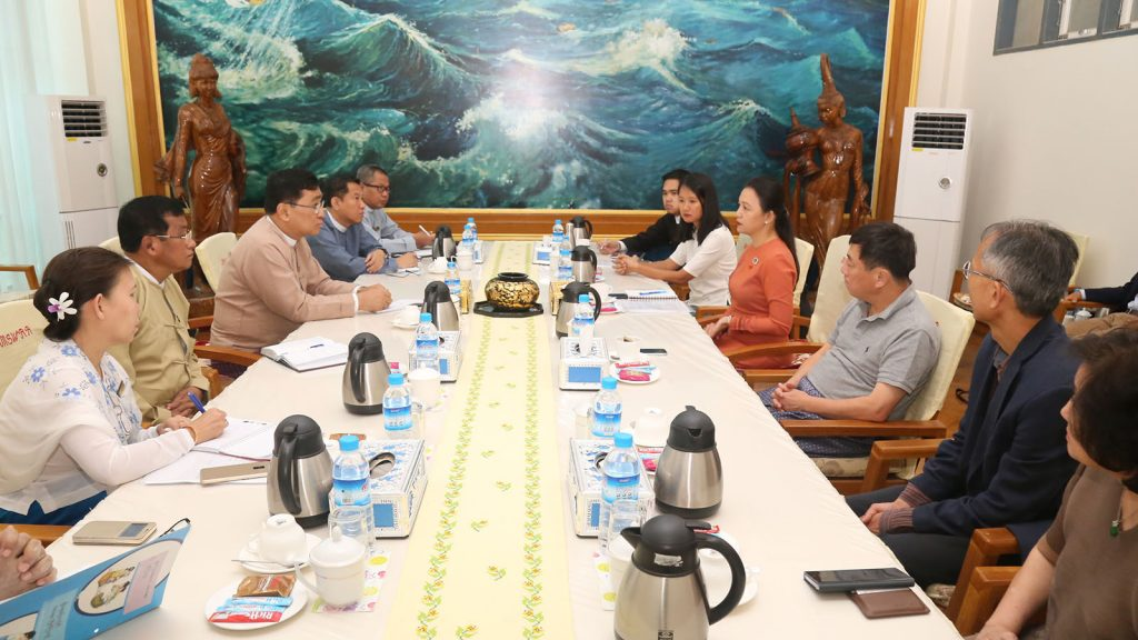Union Minister Dr. Win Myat Aye holds talks with delegations from International Relations Task Force of the UEHRD and Singapore-based Asia Philanthropy Circle (APC) yesterday.Photo: MNA