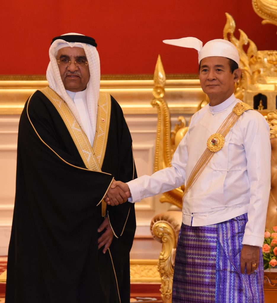 President U Win Myint shakes hands with Bahraini Ambassador Mr. Ahmed Abdulla Ahmed Alharmasi Alhajeri at the Credentials Hall of the Presidential Palace in Nay Pyi Taw yesterday.Photo: MNA