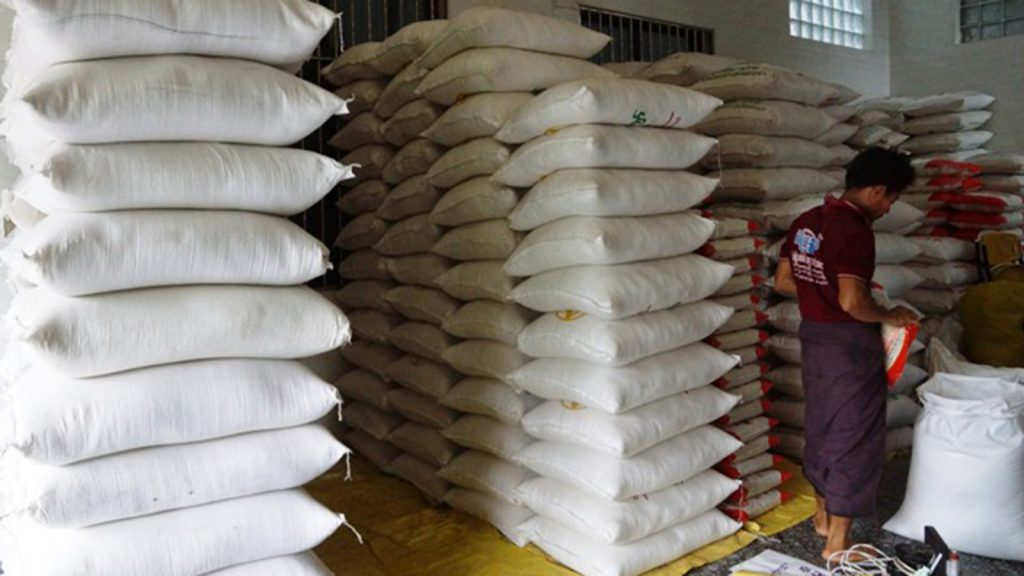 Between 4,000 to 5,000 bags of rice are exported to China on a daily basis. Photo : Than Zaw Min (IPRD)