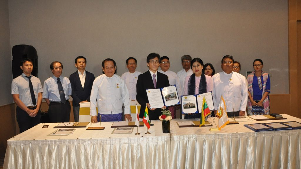 Niigata University of Japan and National Health Laboratory sign the MoU in the presence of Union Minister Dr Myint Htwe and officials in Yangon yesterday. Photo: MNA