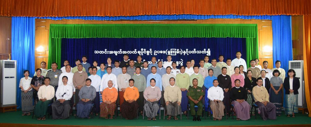 Union Minister Dr Pe Myint poses for the photo together with attendees at the workshop in Nay Pyi Taw yesterday.Photo: MNA