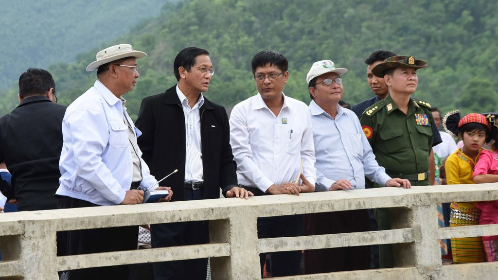 Vice President U Henry Van Thio inspects maintaining of the waterways upstream and downstream of the Thanlwin Bridge (Pasawng)  in Kayah State yesterday.Photo: MNA