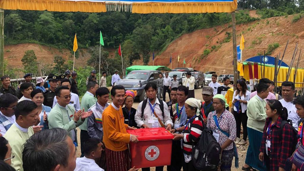 Kayah State Chief Minister U L Paung Sho welcomes Myanmar Nationals from Thailand on 2 July 2019. Photo: MNA