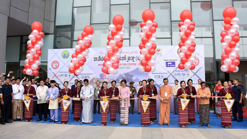 State Counsellor Daw Aung San Suu Kyi, Vice President U Henry Van Thio, Union Minister U Ohn Maung, Mandalay Region Chief Minister Dr Zaw Myint Maung open the ASEAN Food Festival 2019 at Mandalay Convention Centre yesterday.Photo: MNA