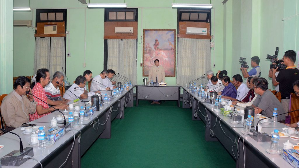 Union Minister Dr Pe Myint addresses the meeting with the Myanmar Cartoonists Association's chairman and executive committee members at the Printing and Publishing Department in Yangon yesterday.Photo: MNA