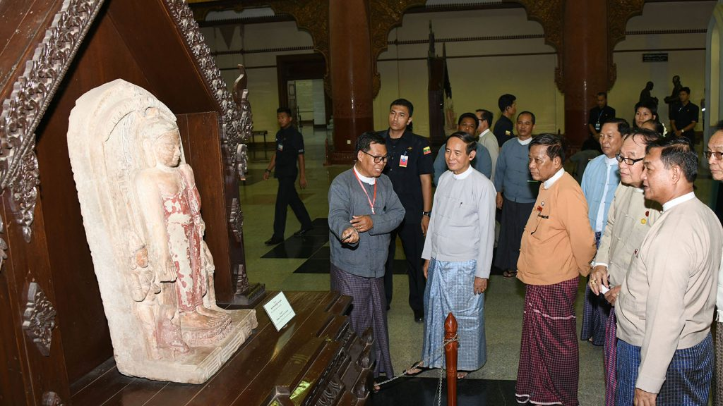 President U Win Myint observes the ancient Buddha image displayed at Bagan Archaeological Museum in Bagan yesterday.Photo: MNA