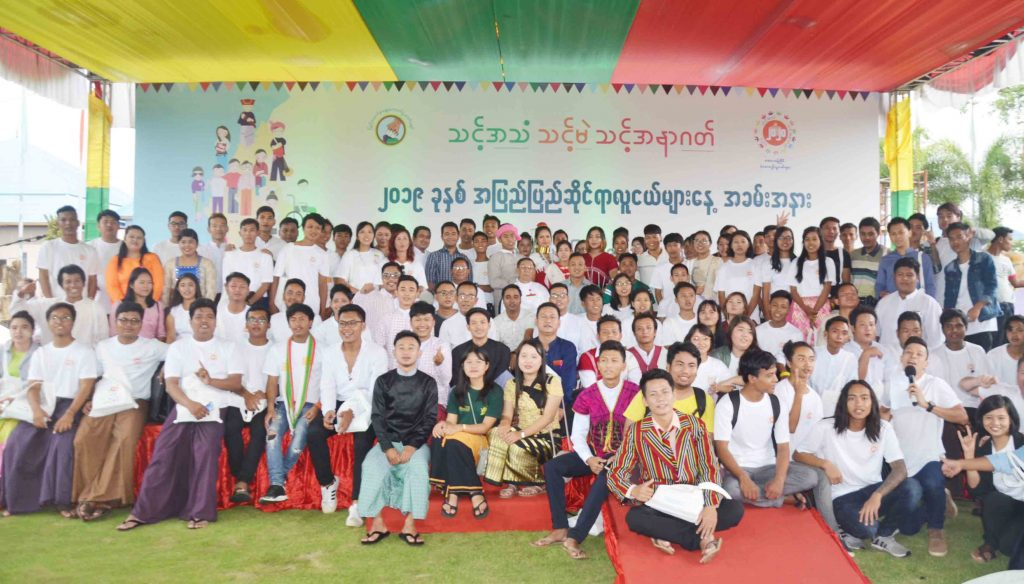 Union Election Commission Chairman U Hla Thein poses for a group photo with youth network groups  at 2019 International Youth Day Event in Shwepyitha Hotel in Mandalay yesterday. Photo :  Mandalay Sub Printing House