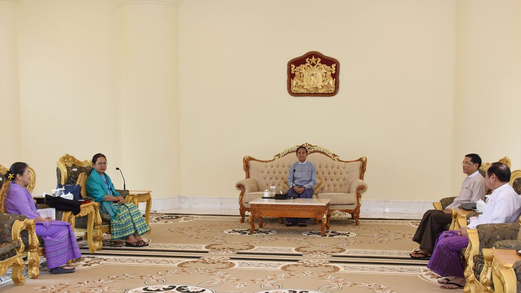 President U Win Myint receives the delegation of the  Myanmar Red Cross Society at the Presidential Palace in Nay Pyi Taw yesterday. Photo: MNA