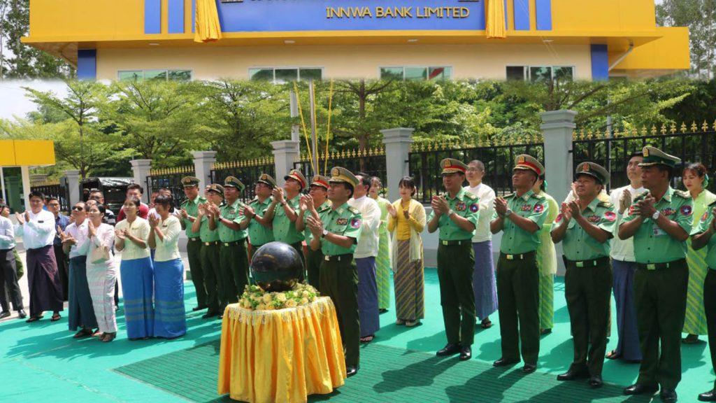 Maj-Gen Kyaw Swa Lin and officals open the signboard Innwa bank's  new branch in Chanmyathazi Township, Mandalay.Photo: MNA