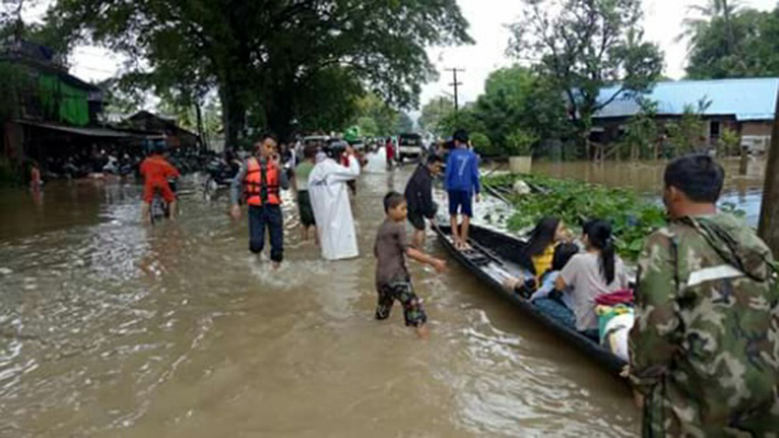 Officials rescue people as flood hits Kyeikmayaw Township, Mon State on 9 August. Photo: Cho Myat Htwe (Kyaikmayaw)