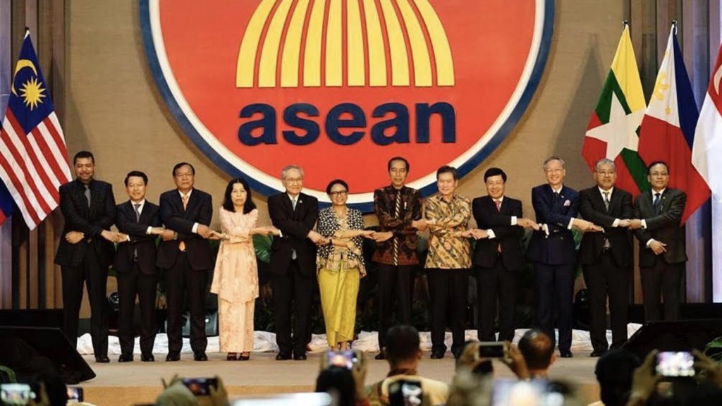 Union Minister U Kyaw Tin, Indonesian President Joko Widodo and ASEAN foreign ministers pose for a group photo at the Inauguration of the new ASEAN Secretariat Building in Jakarta, Indonesia, on 8 August, 2019. Photo: MNA
