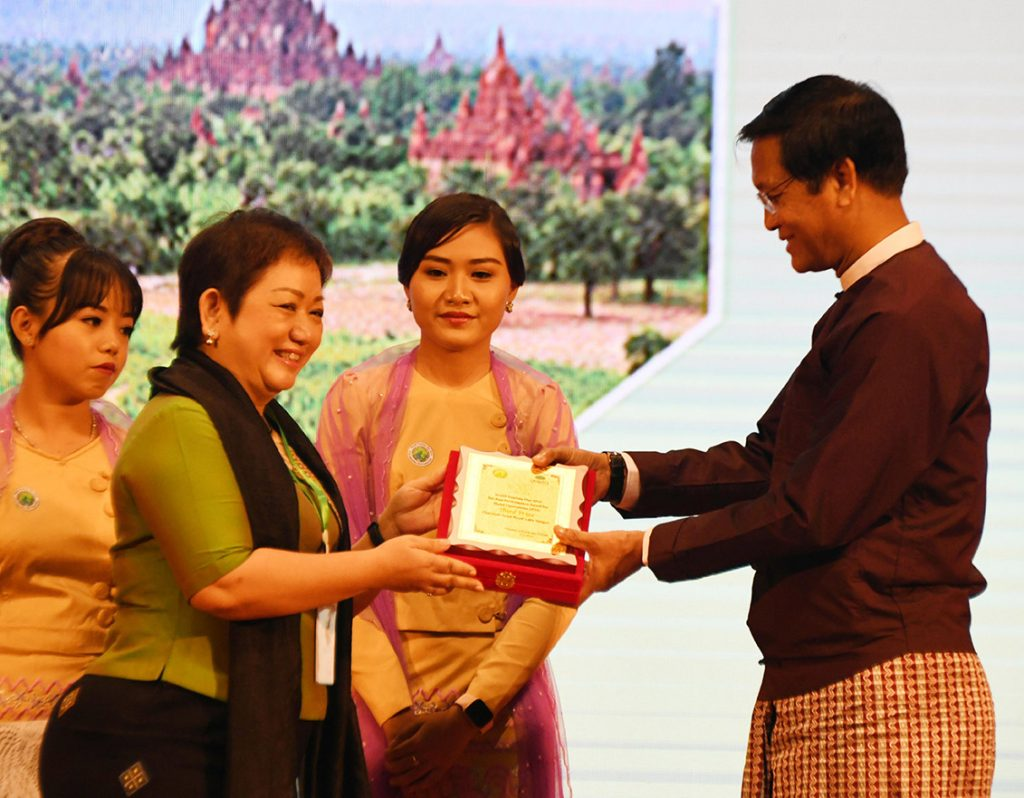Vice President U Henry Van Thio presents to third award for best services in the category of joint-venture hotels to representative from Chatrium Hotel Royal Lake Yangon. Photo: MNA