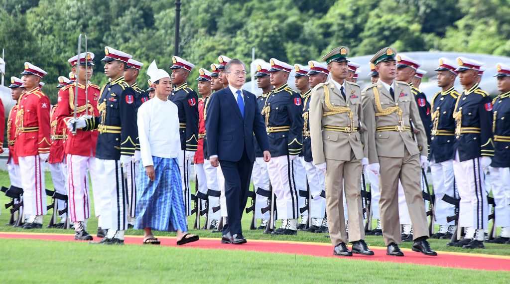 President U Win Myint and President of the Republic of Korea Moon Jae-in inspect the Guard of Honour in Nay Pyi Taw yesterday. Photo: MNA