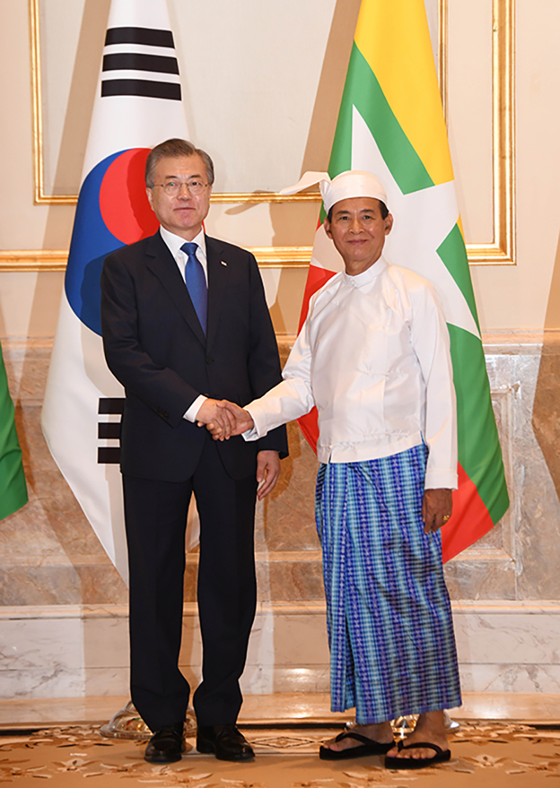 President U Win Myint and President of the Republic of Korea Moon Jae-in pose for documentary photo at the Presidential Palace in Nay Pyi Taw yesterday.Photo: MNA