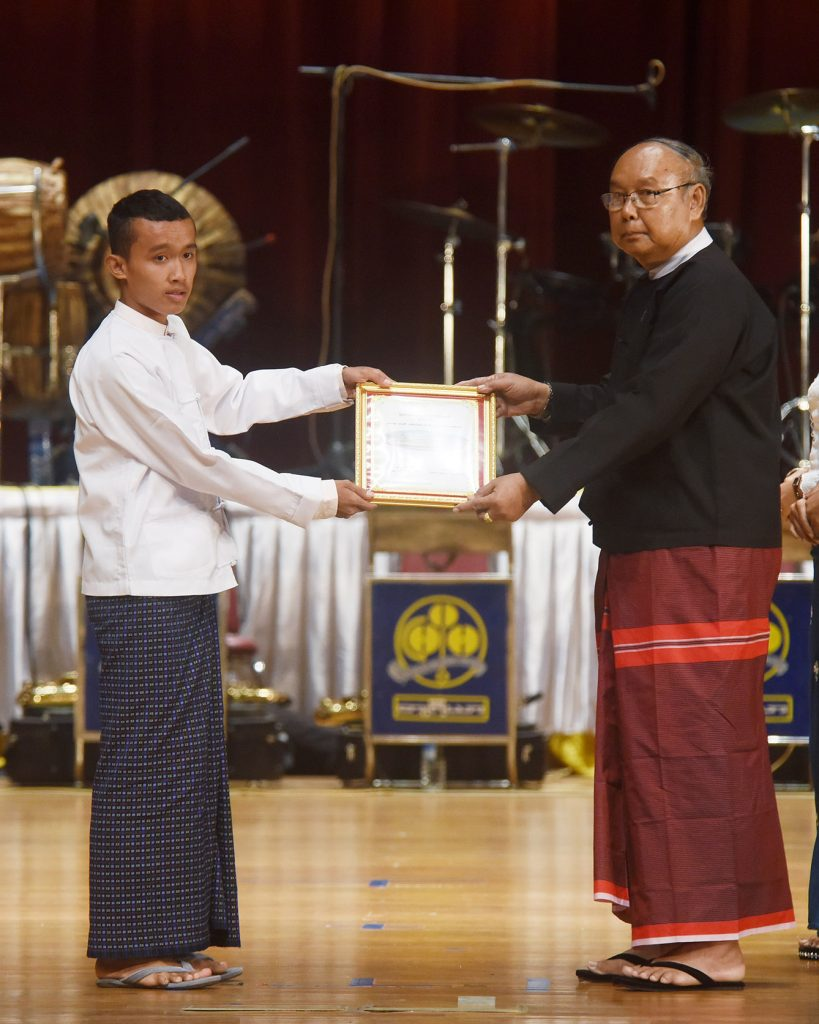 Amoytha Hluttaw Speaker Mahn Win Khaing Than presents third prize of the university-level poem contest to a student.  Photo: MNA