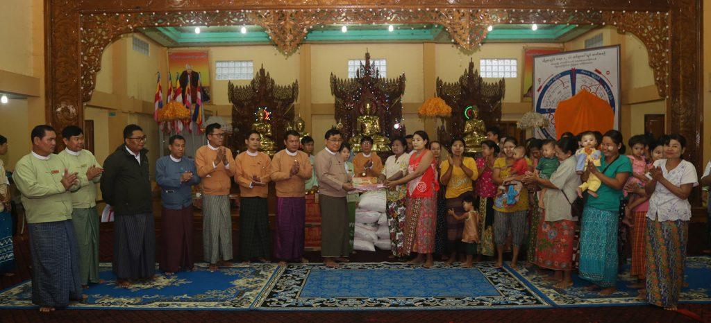 Union Minister Dr Win Myat Aye presents aid to flood victims in Taninthayi yesterday.Photo: MNA