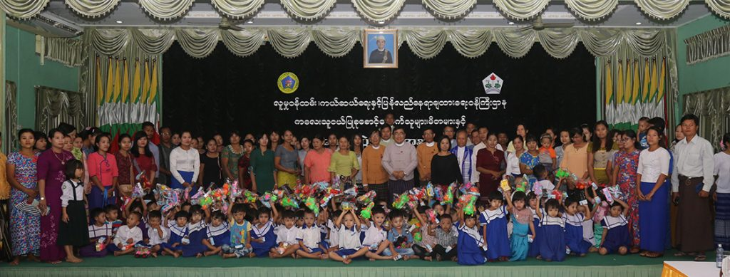 Union Minister Dr Win Myat Aye poses for a group photo together with children and parents after providing toys and food for children in Dawei yesterday.Photo: MNA