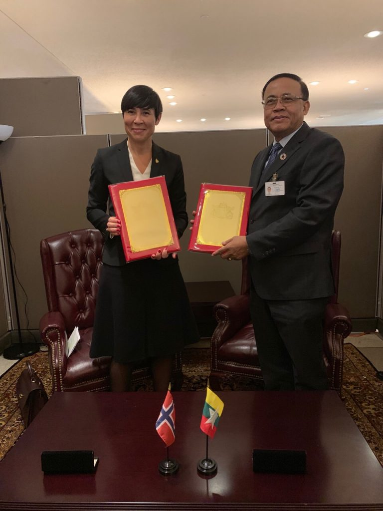 Union Minister U Kyaw Tin (R) holds the Memorandum of Understanding to establish Foreign Office Consultations between Myanmar and Norway at the United Nations Headquarters on 26th September. Photo: MNA