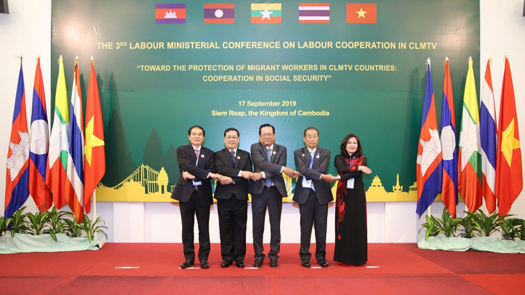 Union Minister U Thein Swe poses for a documentary photo together with Labour Ministers from other countries at the 3rd Labour Ministerial Conference on cooperation among the five CLMTV countries in Siem Reap, Cambodia, yesterday.Photo: MNA