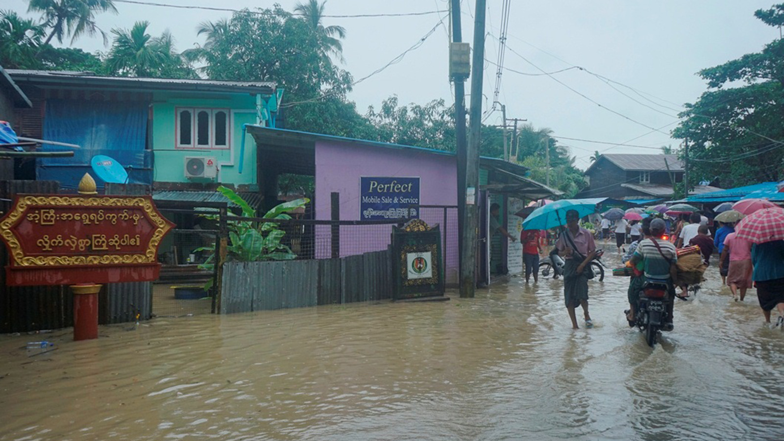 High tide floods one of the streets at Arntgyi Ward in Dala yesterday.Photo: Naing Lin Kyaw