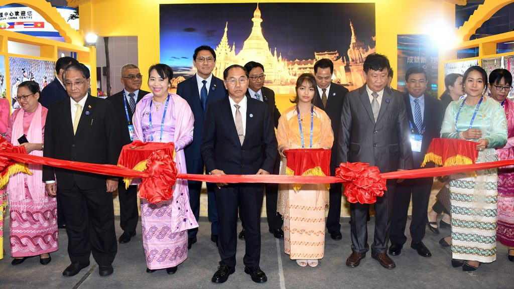 Vice President U Myint Swe cuts ribbon to open the Myanmar exhibition at Nanning International Convention and Exhibition Center in Nanning yesterday. Photo: MNA