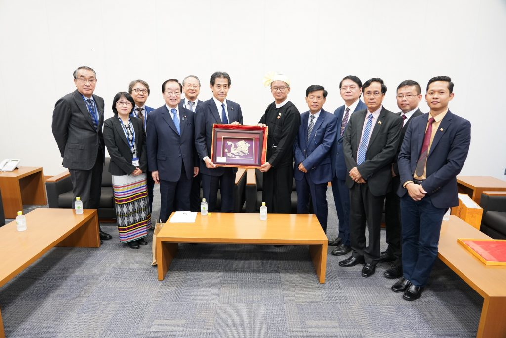 Japan-Myanmar Hluttaw Friendly Relations Executive Director Mr Ichiro Aisawa presents the gift to Union Minister U Ohn Maung in Japan.  photo: mna