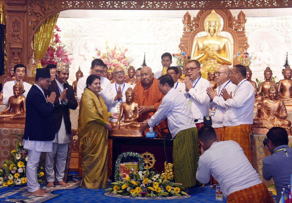 Sitagu Sayadaw Ashin Nyanissara donates the Buddha images to Nepali President Mrs Bidhya Devi Bhandari and Minister for Foreign Affairs of Nepal Mr Pradeep Kumar Gyawali at the Sitagu International Buddhist Academy in Yangon yesterday.Photo : mna