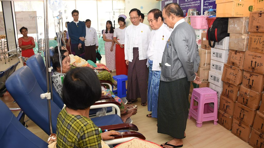 Union Minister Dr Myint Htwe visits North Okkalapa General Hospital in Yangon yesterday.Photo: MNA