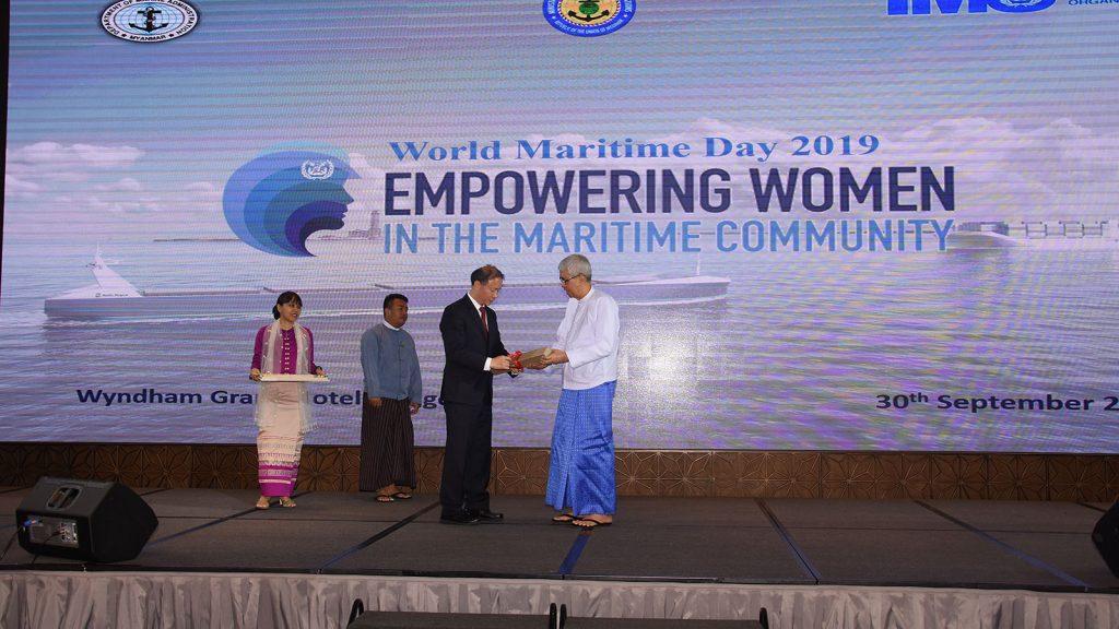 Deputy Minister U Kyaw Myo presents a gift to MTTC Asia's Chairman Prof Jin Yongxing at the ceremony in Yangon yesterday. Photo: MNA