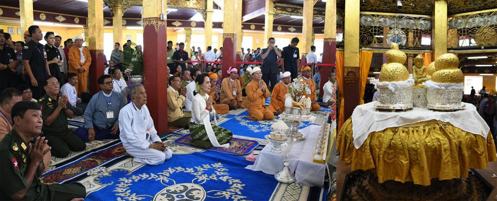 State Counsellor Daw Aung San Suu Kyi and party pay homage to the four Inle Phaungdaw Oo Buddha Images yesterday. Photo: MNA